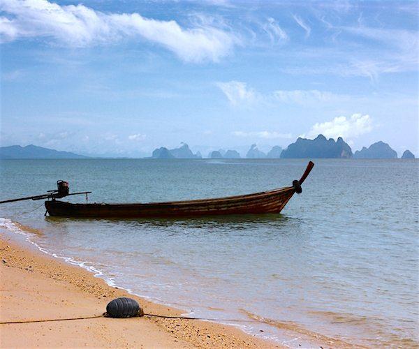 תמונה של חוף עם לונג-טייל (טקסי בואט) באיי דרום תאילנד
