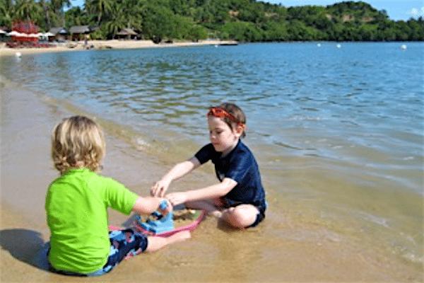 תמונה של ילדים בחוף מתוך טיול משפחות לתאילנד - סגול סוכנות נסיעות בתאילנד