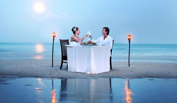 תמונת זוג בירח דבש בתאילנד בארוחת ערב רומנטית - סגול סוכנות נסיעות בתאילנד