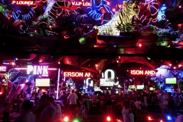 תמונת נוף לילי של מרכז תיירות סקס בתאילנד