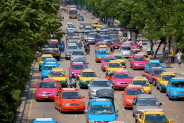 תמונה בנגקוק מלאה במוניות בצבעים שונים