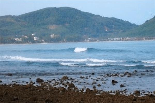 תמונת חוף קאלים - החופים עצמם גם הם סלעיים ופחות נוחים לרחצה אך במהלך הגאות ניתן לשנרקל באזור במידה והים נוח