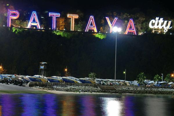 תמונת שלט הכניסה המואר בלילה לפטאיה