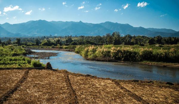 תמונת טבע עם נהר באזור פאי תאילנד