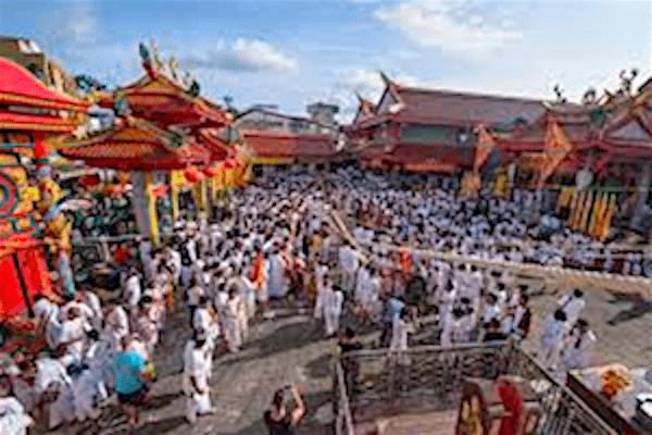 תמונת נזירים בודהיסטים בפסטיבל צימחוני בפוקט