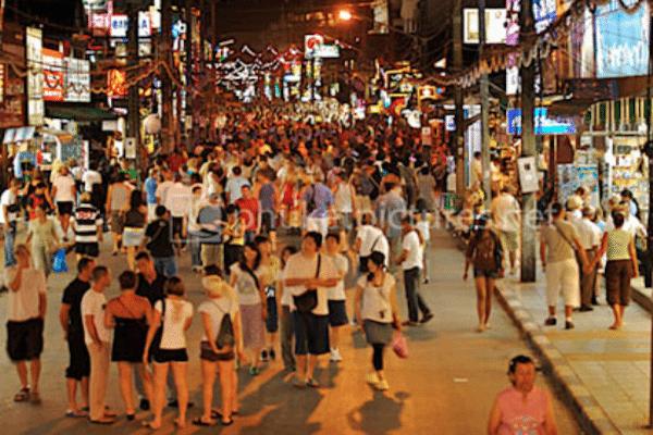 תמונת התיירים מטיילים בין חנויות קאטה בעונת התיירות