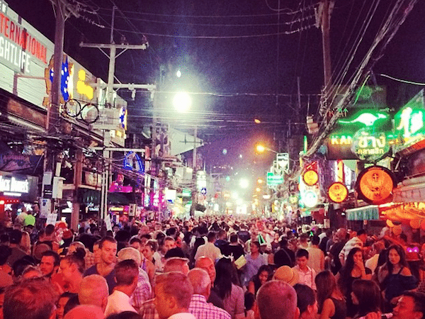 תמונת רחוב בנגלה - מרכז חיי הלילה בפטונג פוקט