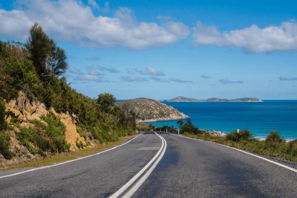 תמונת כביש מתפתל לאורך חופי פוקט