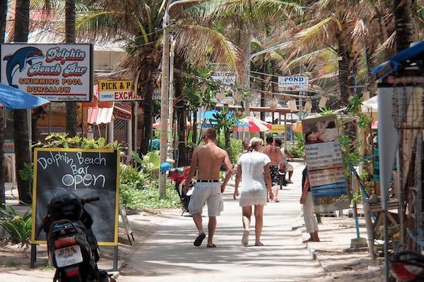 תמונת תיירים מטיילים בחוף קאמאלה
