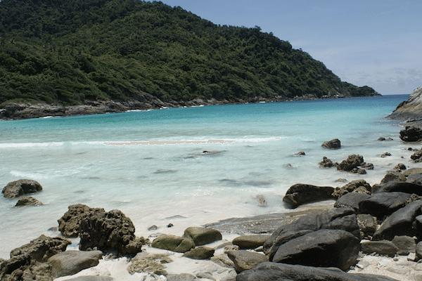 תמונת חוף שקט ומבודד