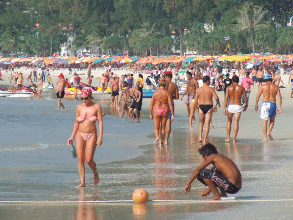 תמונת אלפי מתרחצים בעונת התיירות