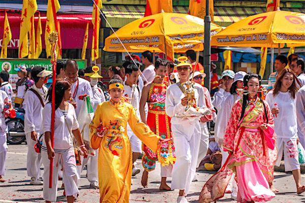 תמונת נזירים בודהיסטים ותיירים בפסטיבל צימחונות בפוקט מתוך אתר טיול לתאילנד של סגול