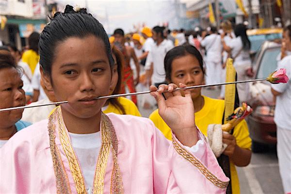 תמונת נזירה בודהיסטית בפסטיבל צימחונות בפוקט מתוך אתר טיול לתאילנד של סגול
