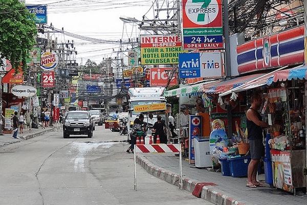 קוסמוי - תמונת הרחוב הראשי בצ׳אוונג עמוס דוכנים חנויות ומסעדות