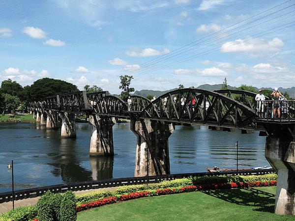 תמונת הגשר על נהר קוואי