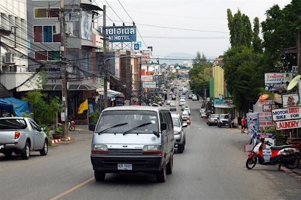 תמונה של עיר תאילנדית רגילה בלי אטרקציות מיוחדות, אבל סביב העיר, שמורות טבע, מעיינות חמים, בריכת אמרלד, מקדש הנמר וכמובן חופי ריילי-ביץ המיוחדים