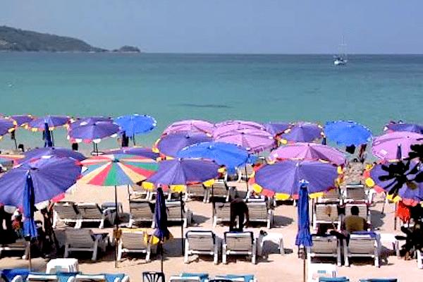 תמונת שמשיות צבעוניות בחוף קאלים מפרץ פטונג באי פוקט